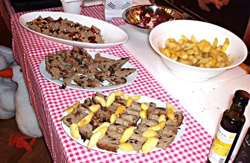 Gęganie, weganie i poganie - stół na którym przygotowano dania
