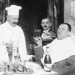 Restauracje tradycyjne - Władysław Walter w aranżowanej scenie w restauracji