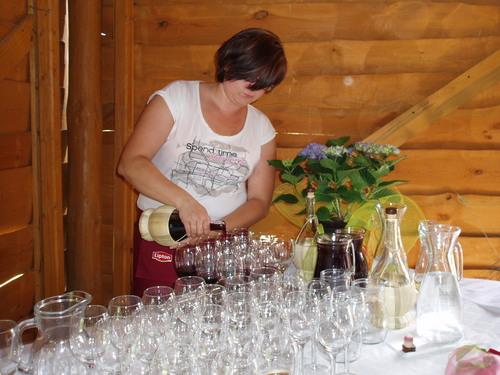 """Winnica """"Pod Orzechem"""" - przygotowanie degustacji wina"""
