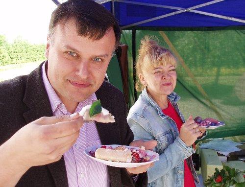 Krytyk Kulinarny Artur Michna smakuje pierogi z truskawkami w Stężycy