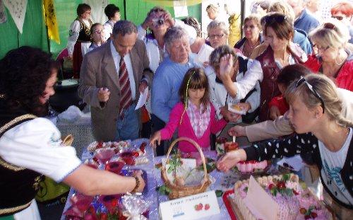 Festyn truskawkowy w Stężycy - publiczność próbuje dania konkursowe