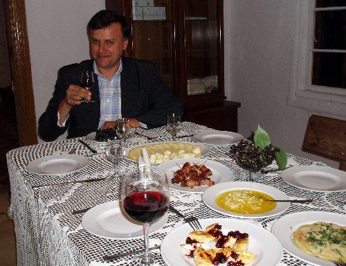 Krytyk Kulinarny Artur Michna przy stole w Chrystkowie
