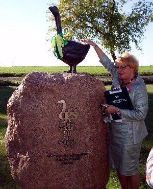 Dr Halina Bielicka przy pomniku gęsi kołudzkiej