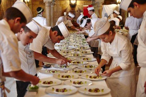 Kucharze przygotowują dania
