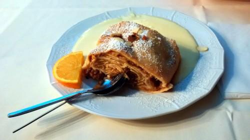 Apfelstrudel mit Vanillesauce - deser w Zum Augustiner