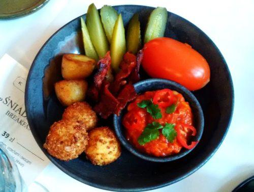 Zestaw złożony z fasolki w pomidorach, chrupiącego boczku, pieczonych ziemniaków i smażonych kulek sera / Kanapa