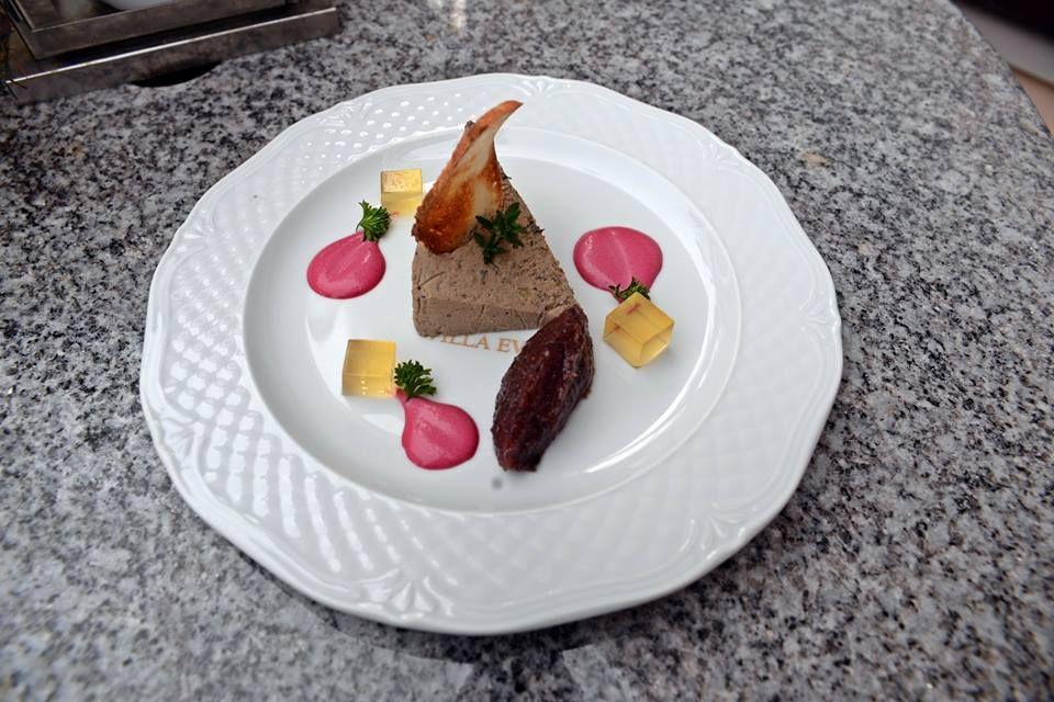 Pâté z gęsiej wątróbki z karmelizowanymi owocami, grzanką i konfiturą z czerwonej cebuli (G. Grass, Blaszany Bębenek), fot. Smaki Gdańska