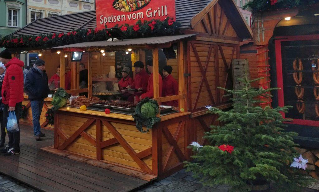 Tradycyjne polskie stoisko z daniami z grilla na lokalnym jarmarku we Wrocławiu