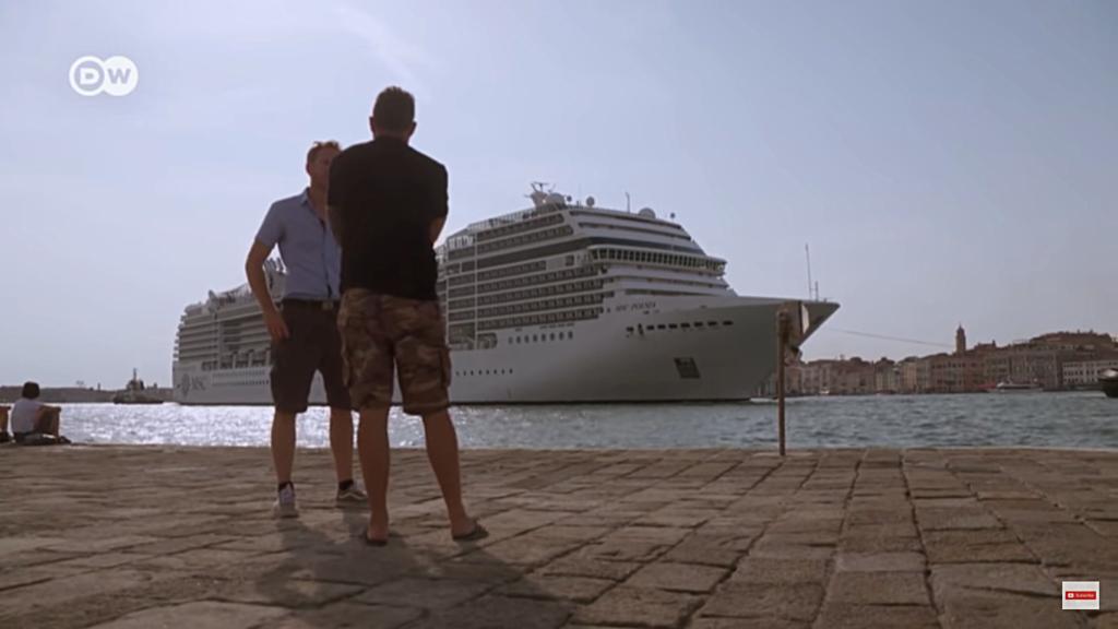 kadr z filmu: Is tourism harming Venice
