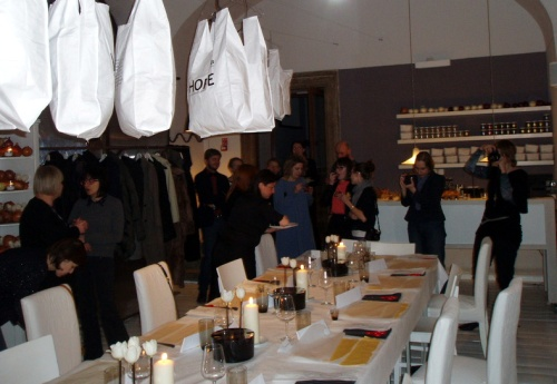 Marta Gessler i sztuka warzyw - wystrój wnętrza z zawieszonymi torbami