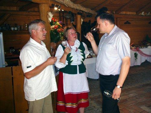 """Winnica """"Pod Orzechem"""" - właściciele winnicy podczas degustacji wina przez Krytyka Kulinarnego Artura Michnę"""