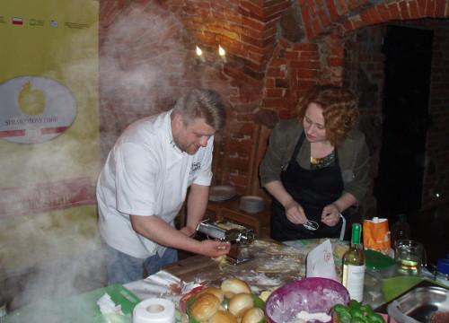 Tomasz Jakubiak przygotowuje danie z drobiu