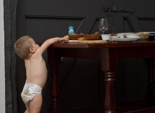 Dziecko przy stole / fot. Lars Plougmann