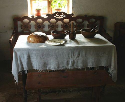 Tradycyjnie zastawiony stół wigilijny w bieszczadzkiej chacie z Dąbrówki / fot. Przykuta