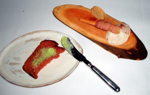 Senses - czekadełka - chleb burakowy z masłem ziołowym i pierś z kaczki na chipskie z oscypka
