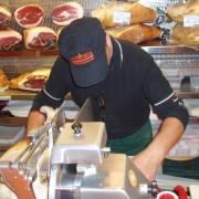 Sprzedawca przygotowuje szynkę - Tamburini