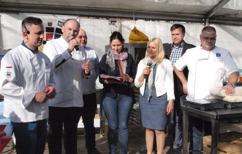 Ogłoszenie wyników konkursu dla kucharzy. Na zdjęciu jury konkursowe i organizatorzy.