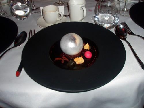 Krem sułtański w karmelu z malinową i fiołkową bezą i galaretką ze starki (Rafał Gajownik)