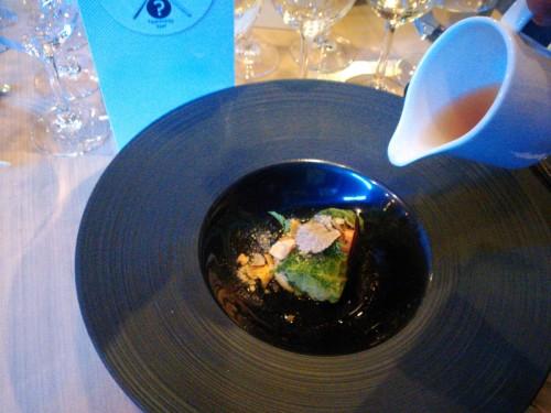 gołąbki z perliczką i letnią truflą w pomidorowym consommé (E. Jagodziński)