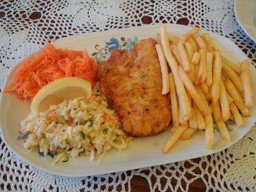 Typowe danie w miejscowościach turystycznych nad Bałtykiem - ryba, frytki, surówki