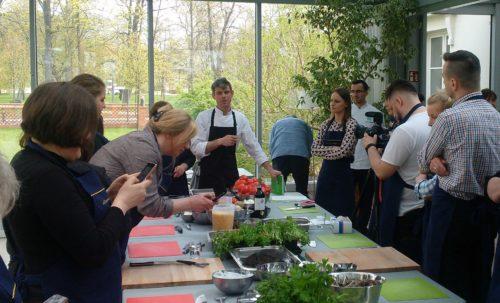 Maciej Nowicki prowadzi warsztaty kuchni mennonickiej