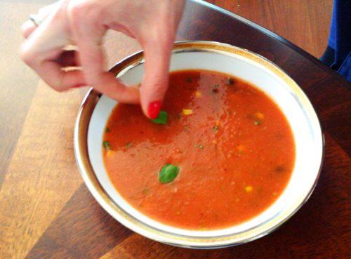 Brazylijska zupa pomidorowa z pieprzem cayenne i kukurydzą