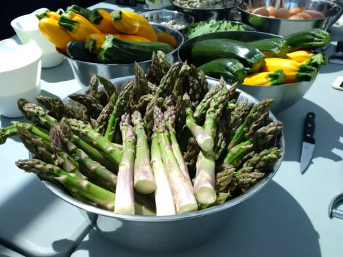 Zielone szparagi i kolorowe cukinie