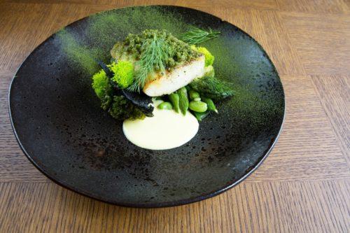 Restauracja Magiel - polędwica z dorsza z crustem ze swieżych ziół , zielonymi warzywami i sosem szafranowym (fot. I. Kowalska)