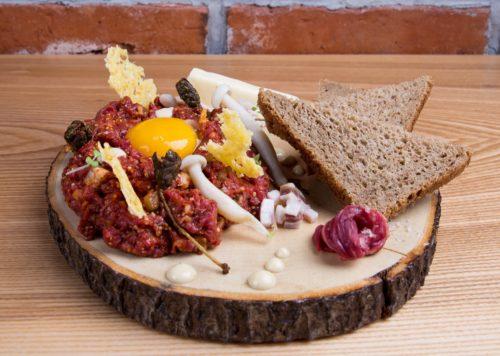 Restauracja Niepokorni - Tatar z ongleta, piklowany ogórek, szalotka, żółtko, chrupki z kaparów, majonez anchois (fot. I. Kowalska)