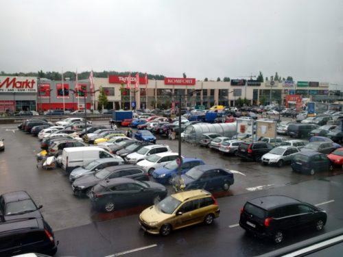 Parking przed centum handlowym w niedzielę
