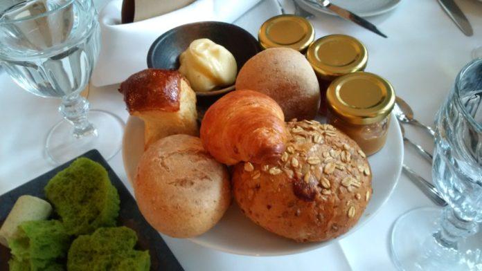 Croissant, brioszka, bułeczki i słoiczki z lekwarami / Kanapa