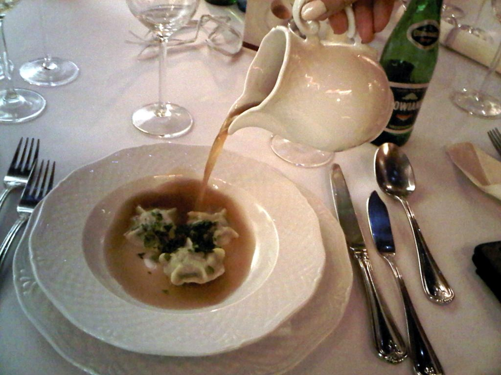 Rosół powoli gotowany na wołowym ogonie z pierożkami ze szpinakiem (G. Grass, Turbot), fot. Smaki Gdańska