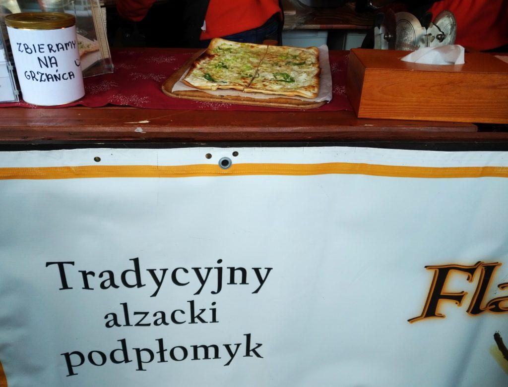Tradycyjny lokalny alzacki podpłomyk na lokalnym jarmarku we Wrocławiu (Polska)